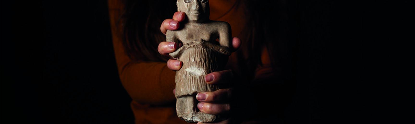 woman holding mesopotamian figurine statue mesopotamia Iraq 2021 owning the past