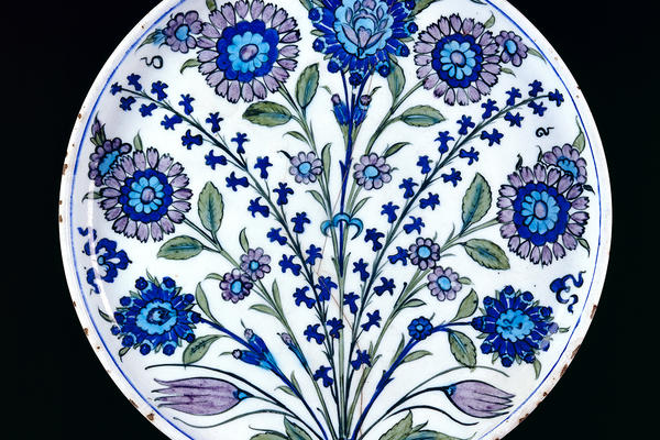 White dish with floral spray design in blue, violet and green from Iznik, Turkey, 1530-1550